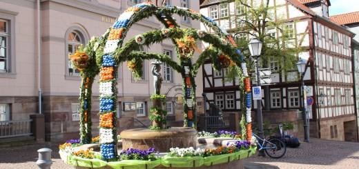 Marktbrunnen im Osterschmuck